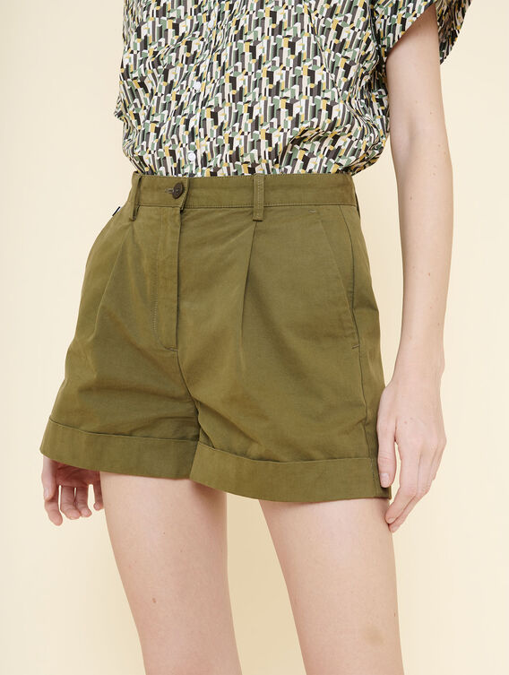 Kurze Shorts mit Abnähern